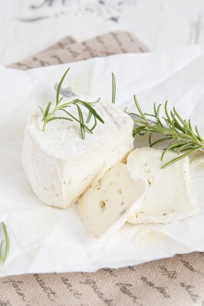 Büffelweißer nach Camembert Art, Rosmarin